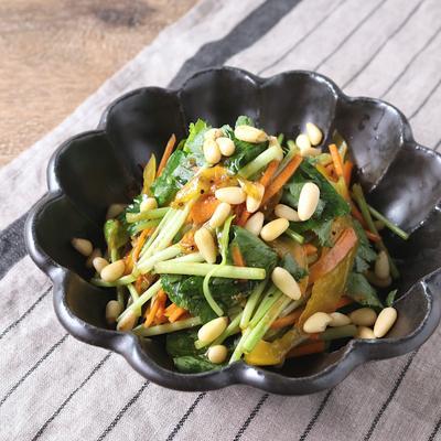 三つ葉と松の実のサラダ