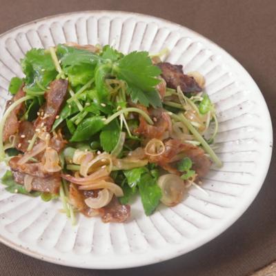 カリカリ豚バラ肉と三つ葉のサラダ