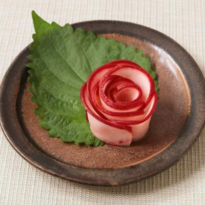 赤カブの甘酢漬けで飾り花