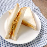 ヤンニョムキャベツとチーズのサンドウィッチ