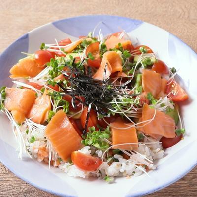 スモークサーモンとブロッコリースプラウトのちらし寿司
