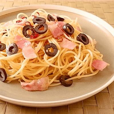 ベーコンとオリーブのペペロンチーノ風スパゲティ
