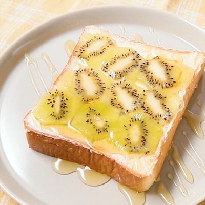 レモンフレーバーのバターで キウイトースト