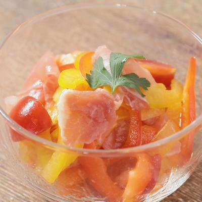 パプリカと生ハムの彩りサラダ