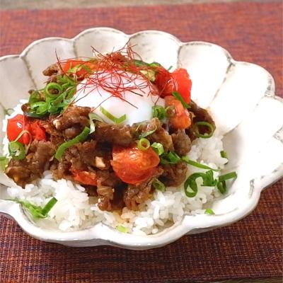 ヤンニョンジャンで焼き肉トマト丼