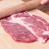 牛肉をたたいて薄くする