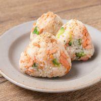 生鮭とブロッコリーのバターしょうゆ炒めでおにぎり
