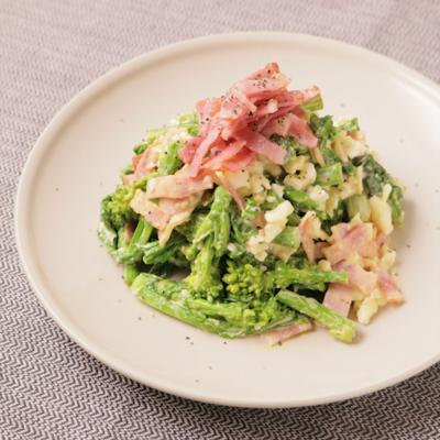 カリカリベーコンと菜の花と卵の贅沢サラダ