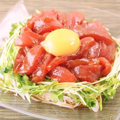マグロのユッケ風サラダ