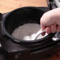 炊飯器でご飯を炊く