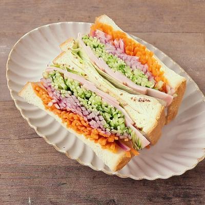 彩り野菜とハムのサンドイッチ