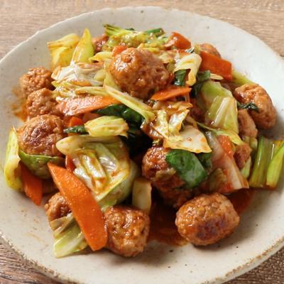 キャベツと青梗菜のピリ辛肉団子炒め