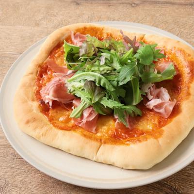 生ハムとモッツァレラチーズのピザ