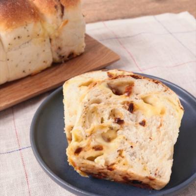 チーズとドライトマトの食パン