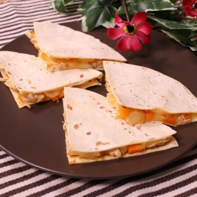 とろ〜りチーズのトムヤム風味チキンケッサディア