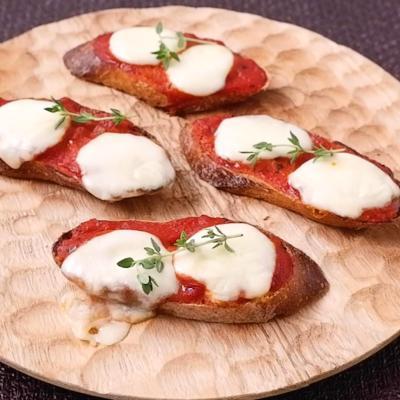 チーズとトマトのクロスティーニ