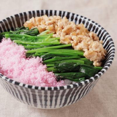 桜でんぶと鶏そぼろの三色丼