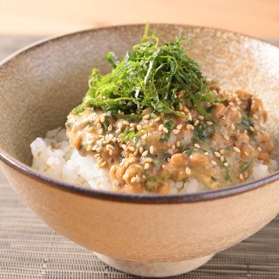 納豆と大葉の梅みそ丼