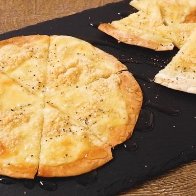 トルティーヤでクアトロフォルマッジ風ピザ