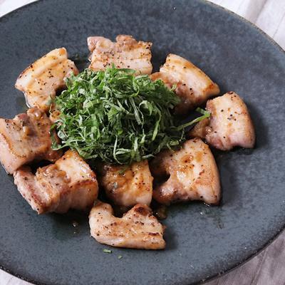 焼き豚バラ肉のたっぷり大葉のせ