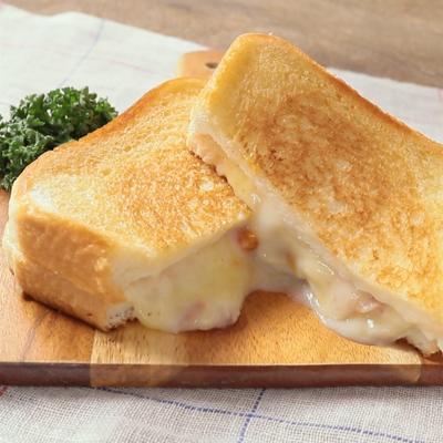 とろーりチーズとクリームシチューのホットサンド