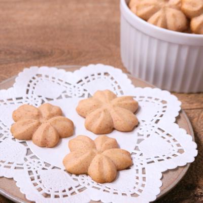 桜モチーフで可愛いイチゴ絞り出しクッキー