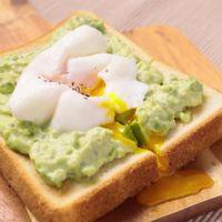 朝食に アボカドトーストのポーチドエッグのせ