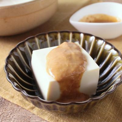 濃厚ゴマ味噌だれでいただく湯豆腐
