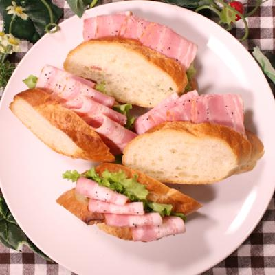 フランスパンを使ってベーコンのサンドイッチ