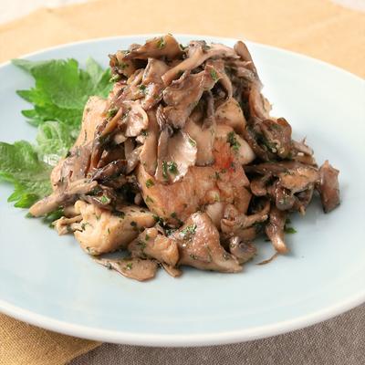 鶏むね肉とまいたけのたっぷり大葉炒め