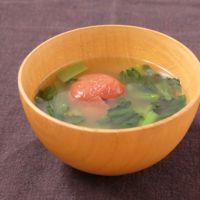 酸味がポイント 小松菜と梅干しの味噌汁