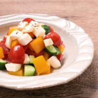 モッツァレラチーズと彩り野菜のコロコロサラダ