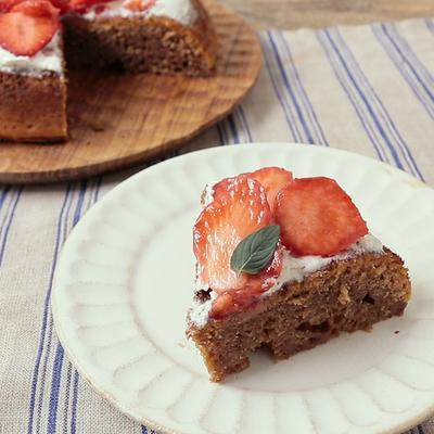 炊飯器で 華やかいちごのチョコレートケーキ