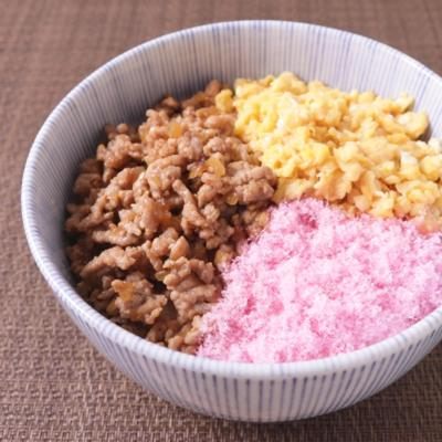 桜でんぶと豚そぼろの三色丼