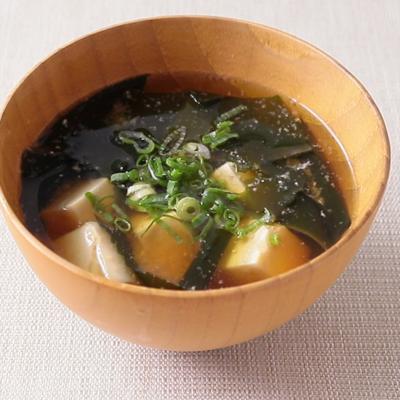 出汁から丁寧に わかめと豆腐のお味噌汁