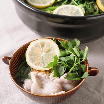 あっさり塩レモン風味で 豚肉のせり鍋