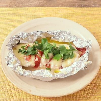 チーズたっぷり 鶏むねトマトのホイル焼き