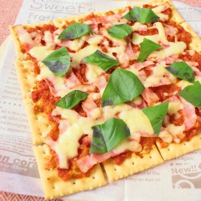 クラッカーを生地に 手作りトマトソースのピザ