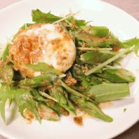 ゴマドレ香る!アスパラガスと水菜の温玉サラダ