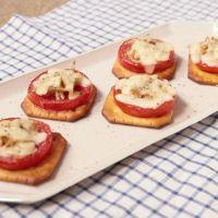 トマトとしらすのチーズ焼きカナッペ
