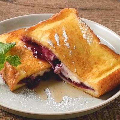 ブルーベリージャムのスタッフドフレンチトースト