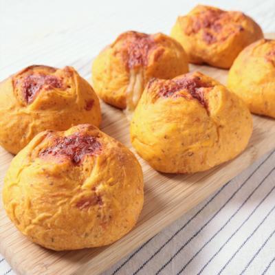 手ごねで作る トマトとバジルのパン
