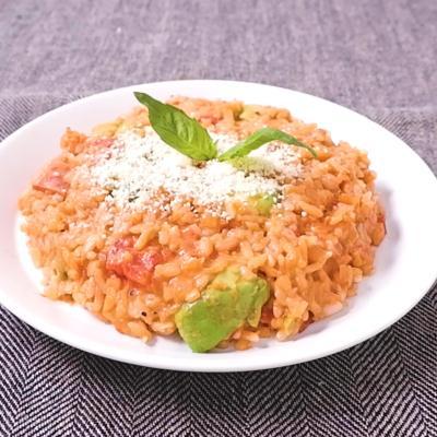 アボカドとモッツァレラチーズのトマトリゾット風