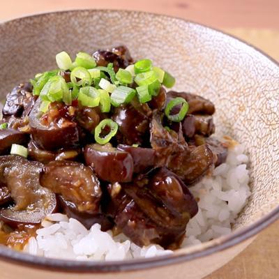 ごはんがすすむ ナスの豆板醤炒め丼