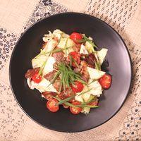 ざく切りキャベツとカリカリ豚バラ肉のサラダ