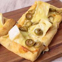 カマンベールとオリーブの油揚げピザ
