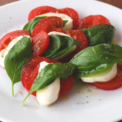 アンティパストの定番 トマトとモッツァレラのカプレーゼ