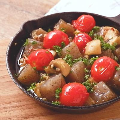 プリプリこんにゃくとトマトのアヒージョ