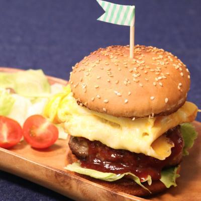 チーズオムレツで ボリュームハンバーガー