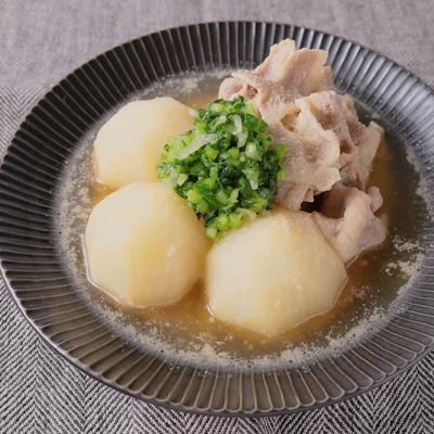 ごまの風味が優しい カブと豚肉の煮物